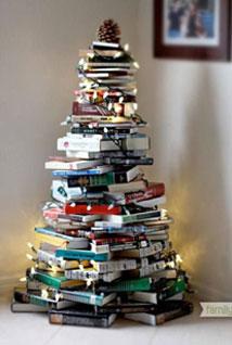 Le sapin studieux avec une pile de livres