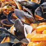 Moules marinières et frites de céleri au paprika
